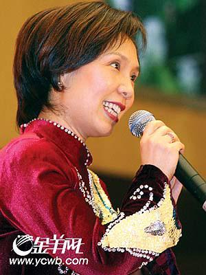 广东代表倪慧英在广东团与黑龙江团联谊会上唱粤曲。