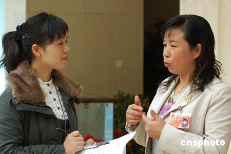 """图:北京各界女性""""三八节""""坚守岗位"""