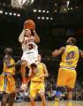 图文:[NBA]掘金队96-110勇士 艾弗森杀入篮下