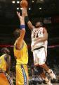 图文:[NBA]掘金队96-110勇士 内内飞身投篮