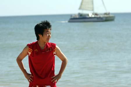 地中海边欢庆妇女节 中国女足拍照过足瘾(组图)
