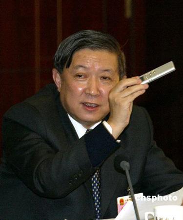 图:徐冠华部长将委员的好建议录音带回研究