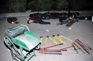 """这窝""""电老鼠""""被警方制服,其作案工具包括大铁剪,电缆剥皮机及极具杀伤图片"""