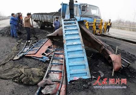 交通事故死亡人数_山西侯运高速交通事故有6人死亡54人受伤(图)-搜狐新闻