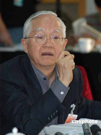 图文:著名经济学家吴敬琏参加《物权法》讨论