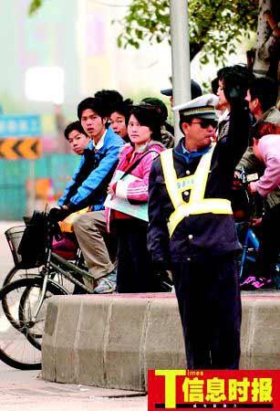 广州900名交通协管员穿制服上岗 被骂冒充交警
