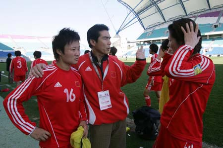 图文:阿杯中国0-1瑞典 王海鸣布置防守