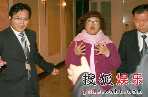 肥肥为修甲出动保安 遭跟踪气若游丝骂记者(图)