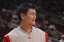 图文:[NBA]火箭VS网赛前训练 姚明满脸笑容