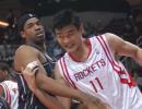 图文:[NBA]火箭VS网 姚明内线强打