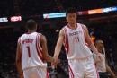 图文:[NBA]火箭VS网 姚麦击掌相庆