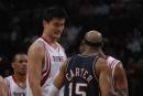 图文:[NBA]火箭VS网 姚明与卡特调侃