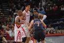图文:[NBA]火箭VS网 纳克巴场边失误