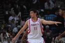 图文:[NBA]火箭VS网 姚明吆喝要球