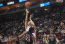 图文:[NBA]火箭VS网 姚明跳投出手