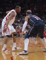 图文:[NBA]火箭VS网 麦迪持球单打卡特