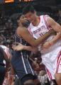 图文:[NBA]火箭VS网 柯林斯阻击姚明