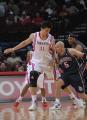 图文:[NBA]火箭VS网 姚明防守基德