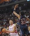 图文:[NBA]火箭VS网 姚明假动作上篮