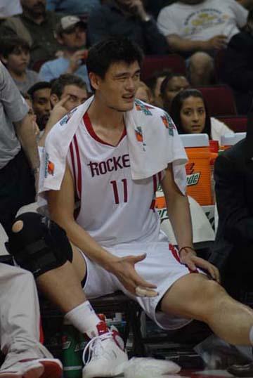 图文:[NBA]火箭VS网 姚明一脸痛苦