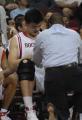 图文:[NBA]火箭VS网 队医查看姚明伤情