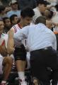 图文:[NBA]火箭VS网 队医小心查看伤情