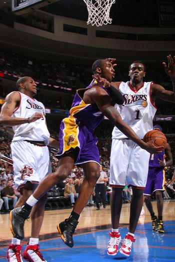 图文:[NBA]湖人负76人 科比叶底藏花妙传