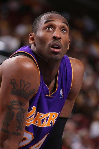 图文:[NBA]湖人负76人 科比右臂纹身清晰可见