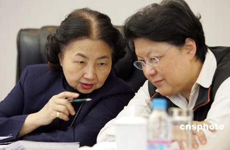 图文:范徐丽泰等香港全国人大代表分组审议