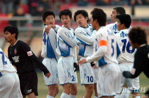 图文:[中超]天津主场2-0深圳 排人墙