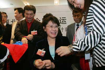 张海迪献策奥运 提交建设残疾人无障碍设施提案