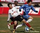 图文:[中超]青岛中能2-0辽宁 曲波带球突破