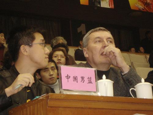 图文:[CBA]江苏主场战广东 尤纳斯现场观战