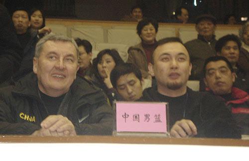 图文:[CBA]江苏主场战广东 尤纳斯与夏松