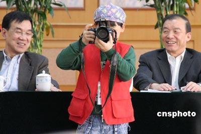"""6岁""""中华小记者""""采访两会 对吴敬琏不为所动"""