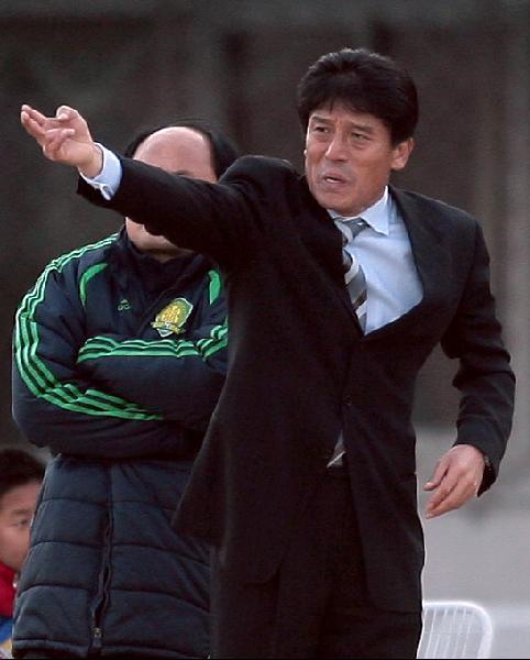 图文:[中超]北京国安VS河南 李章洙临阵指挥