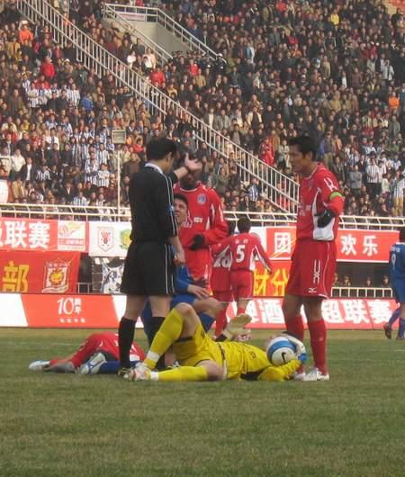 图文:[中超]陕西1-2厦门 安琦被对方撞翻