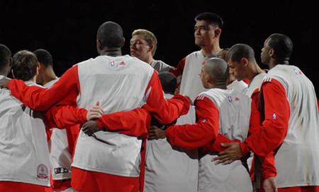 图文:[NBA]火箭VS魔术赛前训练 火箭队员众志成城