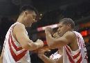 图文:[NBA]火箭VS魔术 姚明与巴蒂尔击掌相庆