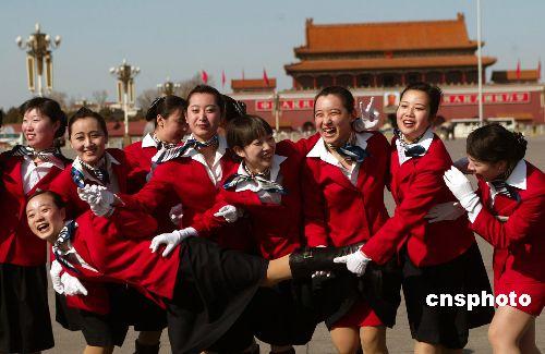 图:女服务员留影天安门广场
