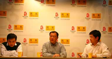 中消协投诉部负责人戴崴(左)和诺基亚(中国)手机业务部客户服务部负责人郭玮(中)做客搜狐IT