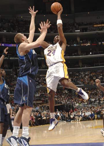 图文:[NBA]小牛108-72湖人 科比强行上篮