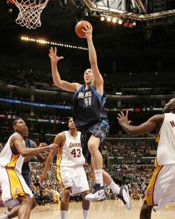 图文:[NBA]小牛108-72湖人 诺维茨基快攻上篮