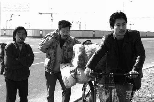 成泰燊(右一)在电影《世界》里的剧照
