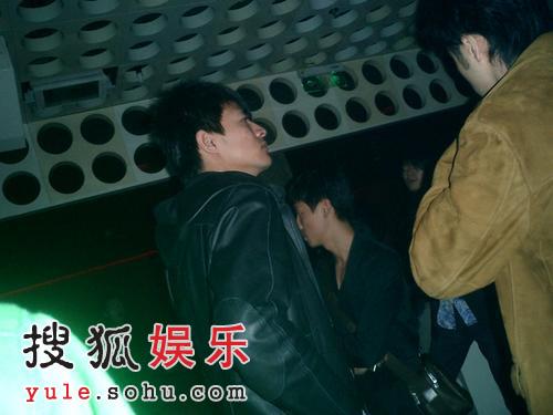 组图:首席男模李学庆泡吧被拍 躲进包厢避曝光