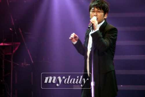 组图:申胜勋日本演唱会 为歌迷演绎经典歌曲