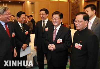 国务院副总理黄菊今天参加上海代表团审议(图)