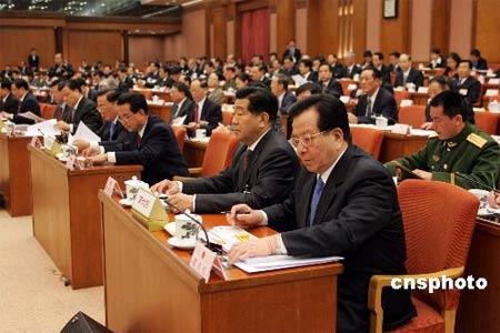 图:曾庆红等代表们按表决器通过各项议案