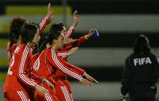 图文:[阿杯]中国女足0-2芬兰 队员赛后谢幕