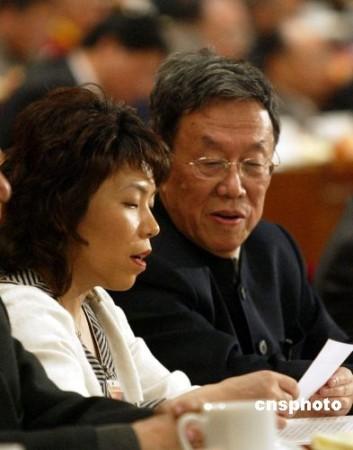图文:王蒙与邓亚萍在全国政协十届五次会议交谈